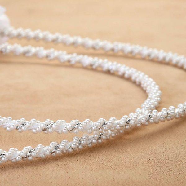 Στέφανα γάμου πλεγμένα με λευκή κορδέλα και πέρλες και βέργα σε ασημένια απόχρωση