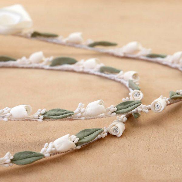 Στέφανα γάμου στολισμένα με ανθάκια λευκά και Swarovski και πράσινα φυλλαράκια