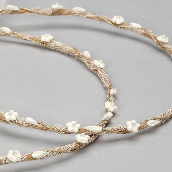 Στέφανα γάμου πλεγμένα με λινάτσα και διάτριτη εκρού κορδέλα με ανθάκια στολισμένα με μικρές πέρλες