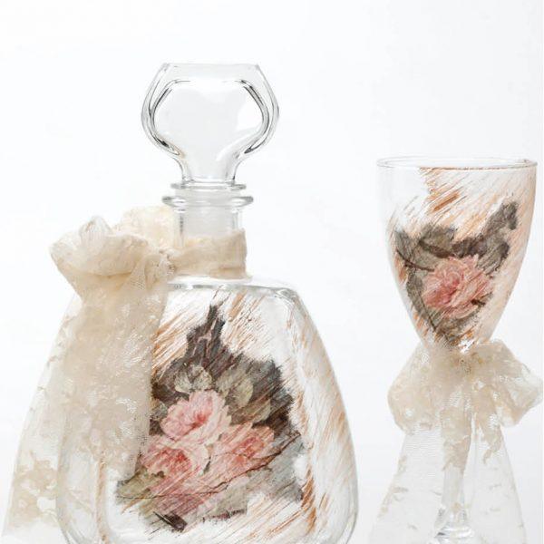 Σετ καράφας και ποτήρι κρασιού με ζωγραφισμένα μπεζ αχνά τριαντάφυλλα και ιβουάρ κορδέλα