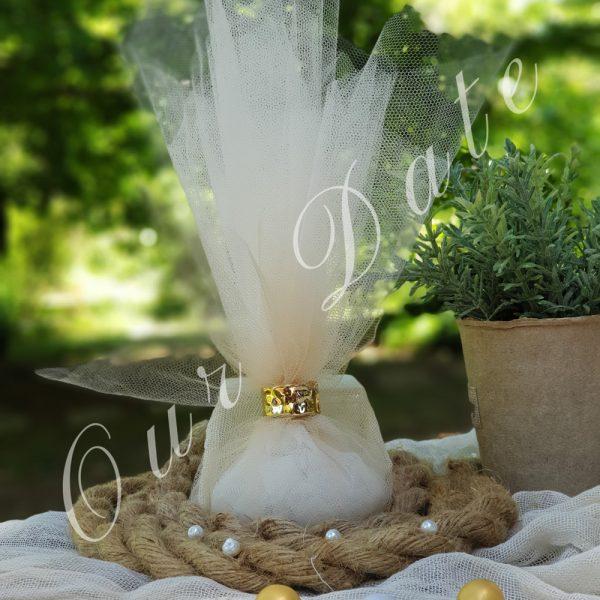 Μπομπονιέρα γάμου με χρύσο δαχτυλίδι για δέσιμο και τούλι μπεζ-εκρού